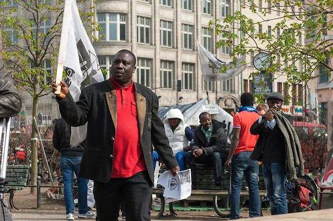 Fluechtlingscamp auf dem Oranienplatz in Berlin-Kreuzberg.<br />In langwierigen Verhandlungen haben Verantwortlich von Bezirk und Senat mit einem Teil der auf dem Lampedusa-Fluechttlinge, die seit ueber 1 1/2 Jahren auf dem Kreuzberger Oranienplatz campieren, eine Abmachung getroffen in der festgehalten ist, dass die Fluechtlinge in eine feste Unterkunft einziehen koennen und ihre Antraege auf Asyl wohlwollend geprueft werden. Das Verhandlungsergebnis wurde am Dienstag den 1. April 2014 auf einer improvisierten Pressekonferenz vom selbsternannten Wortfuehrer der Oranienplatz-Fluechtlinge vorgetragen. Zur Bekraeftigung zeigte er zu der Vereinbarung eine Liste mit Unterschriften von umzugswilligen Fluechtlingen. Fluechtlinge die schon vor einem Jahr in eine ebenfalls in Kreuzberg gelegene leerstehende Schule gezogen waren, sind laut eigener  von Bezirk, Senat und dem selbsternannten Sprecher nicht in die Verhandlungen mit einbezogen worden. Dennoch behauptete der selbsternannte Fluechtlingssprecher, sie seien mit der Vereinbarung einverstanden. Auf der Pressekonferenz brach daraufhin ein lautstarker Streit unter den Fluechtlingen aus. Die Fluechtlinge aus der Schule fuehlten sich zum wiederholten Mal vom selbsternannten Sprecher hintergangen.<br />Etwa 25-30 Fluechtlinge vom Oranienplatz begaben sich dann zu der angebotenen Unterkunft in dem benachbarten Stadtteil Friedrichshain.<br />Im Bild: Der selbsternannte Sprecher der Fluechtlinge vom Oranienplatz.<br />1.4.2014, Berlin<br />Copyright: Christian-Ditsch.de<br />[Inhaltsveraendernde Manipulation des Fotos nur nach ausdruecklicher Genehmigung des Fotografen. Vereinbarungen ueber Abtretung von Persoenlichkeitsrechten/Model Release der abgebildeten Person/Personen liegen nicht vor. NO MODEL RELEASE! Don't publish without copyright Christian-Ditsch.de, Veroeffentlichung nur mit Fotografennennung, sowie gegen Honorar, MwSt. und Beleg. Konto:, I N G - D i B a, IBAN DE58500105175400192269, BIC INGDDEFFXXX, Kontakt: post