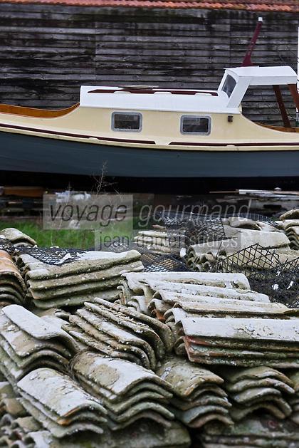 Europe/France/Aquitaine/33/Gironde/Bassin d'Arcachon/Gujan-Mestras: Port Larros (Port Ostréicole) - Détail pinasse et cabanons d'ostréiculteurs