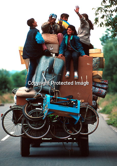 A refugee family on the road between Djakovica and Pritzren, on their way home to  Kosovo from escaping to Albania during the Serb terror in the spring of 1999. .Photo: Per-Anders Pettersson (ppettersso@aol.com)