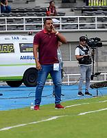 PEREIRA-COLOMBIA, 02-02-2020: Jairo Patiño, técnico de Cúcuta Deportivo da instrucciones a los jugadores, durante partido de la fecha 3 entre Deportivo Pereira y Cúcuta Deportivo, por la Liga BetPlay DIMAYOR I 2020, jugado en el estadio Hernán Ramírez Villegas de la ciudad de Pereira. / Jairo Patiño, coach of Cucuta Deportivo gives instructions to the players, during match of 3rd date between Deportivo Pereira and Cucuta Deportivo, for the BetPlay DIMAYOR Leguaje I 2020 played at the Hernan Ramirez Villegas in Pereira city. / Photo: VizzorImage / Mauricio Ortiz / Cont.