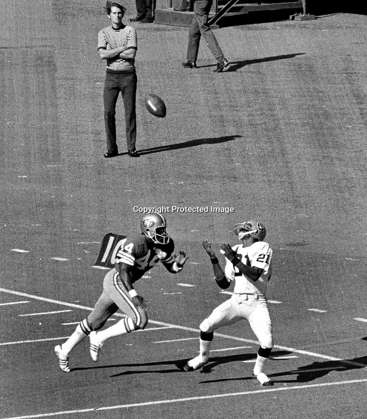 Oakland Raiders Cliff Branch hauls in pass in front of San Francisco 49ers Bruce Taylor. (1972 photo/Ron Riesterer)