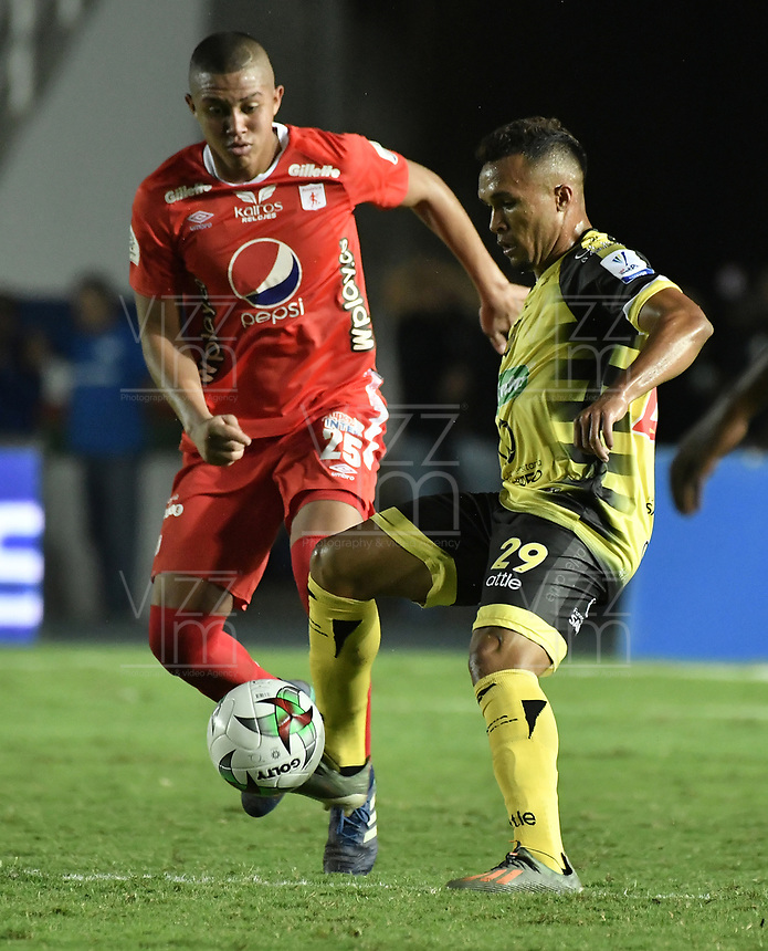 CALI - COLOMBIA, 25-01-2020: Daniel Cifuentes del América disputa el balón con Andres Sarmiento de Cali durante partido por la fecha 1 de la Liga BetPlay DIMAYOR I 2020 entre América de Cali y Alianza Petrolera jugado en el estadio Pascual Guerrero de la ciudad de Cali. / Daniel Cifuentes of America struggles the ball with Andres Sarmiento of Alianza P during match for the for the date 1 as part of BetPlay DIMAYOR League I 2020 between America de Cali and Alianza Petrolera played at Pascual Guerrero stadium in Cali. Photo: VizzorImage / Gabriel Aponte / Staff