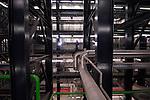 AMSTERDAM - Het ketelhuis in de modernste AVI ter wereld. In Amsterdam wordt de eerste Hoogrendement Afvalverbrandingsinstallatie (HR Avi) ter wereld gebouwd die is uitgerust met rookgaswassers. Het complex bestaat ondermeer uit een honderd meter hoge schoorsteen, verbrandingsoven en betonnen afvalbunkercomplex die in opdracht van het Afval Energie Bedrijf Gemeente Amsterdam (AEB) worden gebouwd. De mega-Avi krijgt een hoog verbrandingsrendement (van 31,3%), een verwerkingscapaciteit van 530.000 ton afval en gaat ruim 300 miljoen euro kosten. In de nieuwe afval-energiecentrale izijn vier gasmotoren geinstalleerd die binnenkort met hulp van biogas, afkomstig van de ernaast liggende rioolwaterzuiveringsinrichting (RWZI), energie gaan opwekken. Na schoonmaken en koelen van het biogas, worden het gas gebruikt voor de energieproduktie voor de stadsverwarming. Het project wordt begeleid door de Duits-Nederlandse Ingenieurscombinatie Fichtner-Cumaeat en moet in 2005 klaar zijn. COPYRIGHT TON BORSBOOM