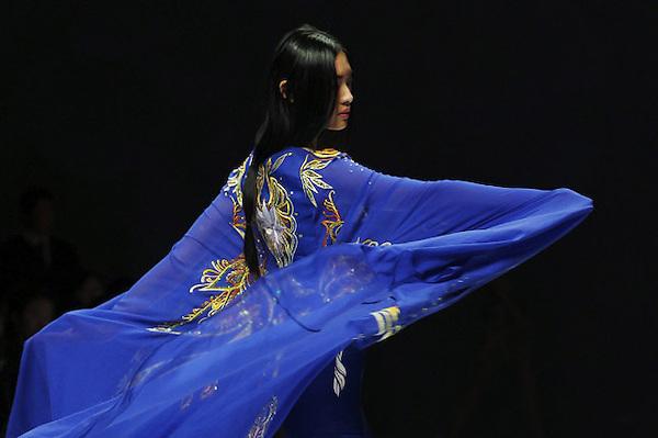 HHY29 PEKÍN (CHINA), 25/10/2012.- Una modelo presenta una creación del diseñador chino Ne Tiger durante la Semana de la Moda de Pekín, China hoy, jueves 25 de octubre de 2012. El evento, que está patrocinado por Mercedes-Benz, se celebra del 24 de octubre al 3 de noviembre. EFE/How Hwee Young