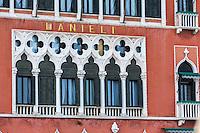 Italie, Vénétie, Venise:  L'hôtel Danieli est un hôtel historique de Venise, situé sur le quai des Schiavoni, à l'angle du Rio del Vin non loin de la place Saint-Marc et du Palais des Doges. Il occupe l'ancien palais Dandolo, nom d'une famille qui a donné plusieurs doges à la cité.   // Italy, Veneto, Venice:  Hotel Danieli, formerly Palazzo Dandolo, is a five-star palatial hotel, the main building is the Palazzo Dandolo, close to St. Mark's Square,on the Riva degli Schiavoni's quayside promenade overlooking the Saint Mark's Basin.