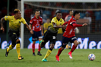 MEDELLÍN - COLOMBIA, 04-11-2017: Daniel Cataño (Der) jugador del Medellín disputa el balón con Nicolas Palacios (Izq) de Alianza P durante el partido entre Independiente Medellín y Alianza Petrolera por la fecha 19 de la Liga Águila II 2017 jugado en el estadio Atanasio Girardot de la ciudad de Medellín. / Daniel Cataño (R) player of Medellin vies for the ball with Nicolas Palacios (L) player of Alianza P during match between Independiente Medellin and Alianza Petrolera for the date 19 of the Aguila League II 2017 played at Atanasio Girardot stadium in Medellin city. Photo: VizzorImage/ León Monsalve / Cont