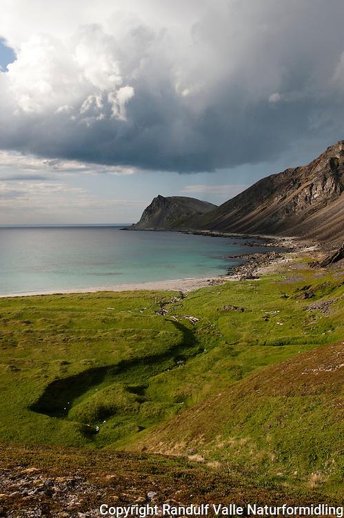 Mørke skyer over Kinnarodden og Sandfjorden. ---- Dark clouds over Kinnarodden.