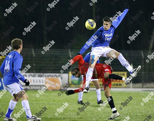 2008-12-13 / voetbal / KV Turnhout-Exc Veldwezelt / Steven Vandenbergh (Turnhout) wint dit luchduel op een spectaculaire wijze .