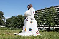 Nederland  Amsterdam 2017.  Kunstwerk Moeder Aarde ( Ma Aisa)  in de Bijlmer. De kunstenaar van dit beeld is Chaim Oren, naar een idee van Henno Eggenkamp. Op de achtergrond flat Kleiburg. De flat is recentelijk geheel gerenoveerd. In de flat bevindt zich oa het Kleiklooster.  Berlinda van Dam / Hollandse Hoogte