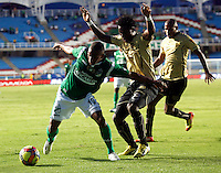 CALI-COLOMBIA- 01 -09-2013. Terson Candelo ( Izq) del Deportivo Cali disputa el balon contra Geiler  Mosquera (Izq) del Itagui ,accion de juego correspondiente al partido entre el Deportivo Cali  contra el Itagui ,  partido de  la octava  fecha de la  Liga Postob—n segundo semestre disputado en el estadio Pascual Guerrero  / Terson Candelo  (L) Deportivo Cali dispute the ball against Geiler Mosquera (R) of Itagui, action game for the match between Deportivo Cali against Itagui eighth game of the date of the second half Postob—n League match at the stadium Pascual Guerrero. Photo: VizzorImage / Juan Carlos Quintero  / Stringer
