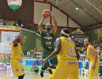 BUCARAMANGA -COLOMBIA, 10-06-2013. Juan Herrera (C) de Bambuqueros trata de anotar en contra de Búcaros durante el juego 3 de la final en la Liga DirecTV de baloncesto Profesional de Colombia realizado en el Coliseo Vicente Díaz Romero de Bucaramanga./ Juan Herrera (C) of Bambuqueros tries to score against Bucaros during the game 3 of the final on DirecTV professional basketball League in Colombia at Vicente Diaz Romero coliseum in Bucaramanga. Photo: VizzorImage / Jaime Moreno / STR