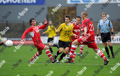 11-11-06 / Voetbal / seizoen 2011-2012 / Berchem Sport - Dilbeek Sport / Stef Van den Heuvel (midden, Berchem) met Spotbeen en Van der Cruyssen (r)..Foto: Mpics