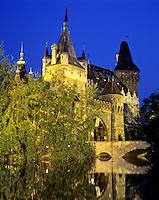 Hungary, Budapest, Pest District: replica of Vajdahunyad Castle at City Woodland Park (Varosliget) | Ungarn, Budapest, Stadtteil Pest: Nachbildung der Burg Vajdahunyad in Siebenbuergen im Stadtwaeldchen