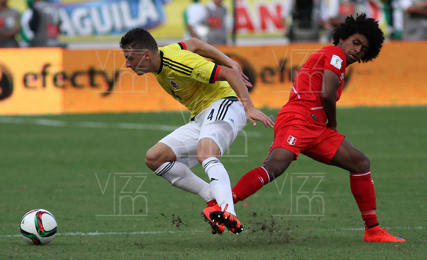BARRANQUILLA  - COLOMBIA - 8-10-2015:Santiago Arias jugador de la seleccion Colombia  disputa el balon con Yordy Reyna la seleccion Peru durante primer partido  por por las eliminatorias al mundial de Rusia 2018 jugado en el estadio Metropolitano Roberto Melendez  / : Santiago Arias  player of Colombia  fights for the ball with Yordy Reyna of selection of Peru during first qualifying match for the 2018 World Cup Russia played at the Estadio Metropolitano Roberto Melendez. Photo: VizzorImage / Felipe Caicedo / Staff.