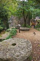 Europe/France/Midi-Pyrénées/46/Lot/Gramat:  Randonneurs au Moulin du Saut dans le canyon de l'Alzou sur le Causse de Gramat,  Auto N°: 2008-220  Auto N°: 2008-221  Auto N°: 2008-222