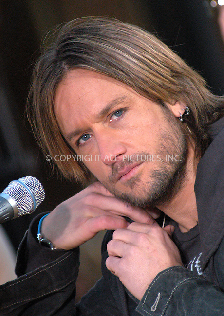WWW.ACEPIXS.COM . . . . . ....NEW YORK, APRIL 14, 2005....Keith Urban performs on Good Morning America.....Please byline: KRISTIN CALLAHAN - ACE PICTURES.. . . . . . ..Ace Pictures, Inc:  ..Craig Ashby (212) 243-8787..e-mail: picturedesk@acepixs.com..web: http://www.acepixs.com