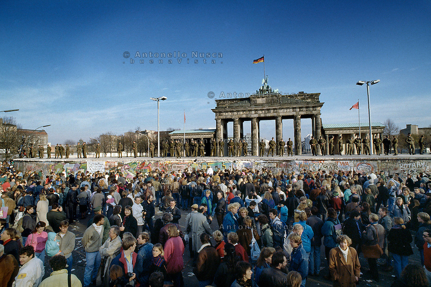 Berlino, 9 Novembre, 1989. Una folla di tedeschi aspettando la caduta del muro davanti la Porta di Brandeburgo.<br />