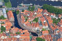 4415/Alter Hafen:EUROPA, DEUTSCHLAND, NIEDERSACHSEN, STADE 09.06.2005: .Stade ist ein alter Hanse Hafen.  Bürgerhäusern aus dem 17. Jahrhundertprägen das Stadtbild. In der Bildmitte der Fischmarkt mit seinem rekonstruierten Holztretkran, umrahmt von Kaimauern und herrlichen Fachwerkhäusern. .Im Bild links ist der Schwedenspeicher. ...Luftaufnahme, Luftbild,  Luftansicht