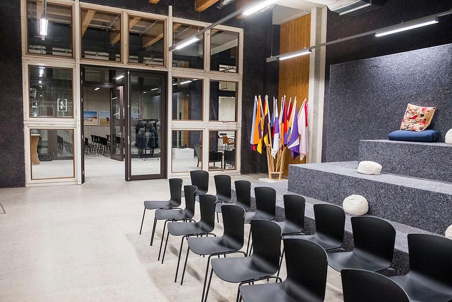 Nederland, Amsterdam, 20180206<br /> Circl, duurzaam gebouw van en naast hoofdkantoor ABNAmro op de Zuidas. Gebouw is volledig circulair gebouw met veel hergebruikt materiaal. Isolatie is bijvoorbeeld van oude spijkerbroeken van bankmedewerkers gemaakt. Circl is duurzaam en energiezuinig gebouwd en kan geheel gedemonteerd worden.<br /> Grijze bekleding is van gerecycelde kleding<br /> <br /> Foto: (c)Michiel Wijnbergh