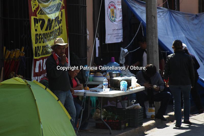 Oaxaca de Juárez, oax. 12/02/2015.-Por décimo día consecutivo, integrantes del Sindicato Independiente de Trabajadores y Profesionales de la Salud (SITYPS) realizaron un bloqueo alternativo a su plantón permanente en las afueras del edificio de la Secretaria de Salud de Oaxaca, lo anterior en exigencia al reconocimiento de su afiliación.