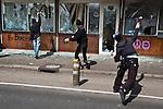 Des manifestants s'attaquent a l'ancien bureau des douanes pres du Pont de l'Europe a Strasbourg, durant la manifestation du 4 avril 2009 contre le sommet de l'OTAN. Le batiment sera entierement brule sans que la police intervienne..Credit;Hughes Leglise-Bataille/Julien Muguet/face to face