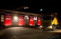 Berlin, Ein LKW mit den Abstimmungsunterlagen der SPD Mitglieder zum Mitgliederentscheid &uuml;ber die Gro&szlig;e Koalition kommt in der Nacht zum Samstag (14.12.13) in der Station Berlin f&uuml;r die Ausz&auml;hlung an.<br /> Foto: Steffi Loos/CommonLens