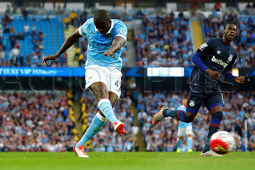 19.09.2015. Manchester, England. Barclays Premier League. Manchester City versus West Ham. Yaya Toure of Manchester City shoots for goal as Man City piles pressure on the West Ham defense int he second half