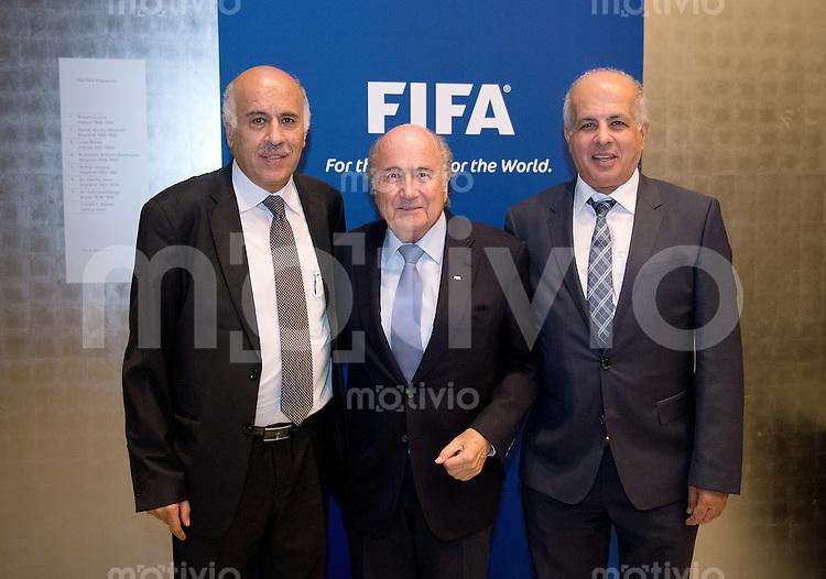 Football FIFA  International  03.09.2013 FIFA Round Table Discussion Palestine / Israel FIFA Praesident Joseph S. Blatter (Mitte, Schweiz) mit Jibril Al Rajoub (li, Praesident Palestine FA) und Avi Luzon (re, Praesident Israel FA)