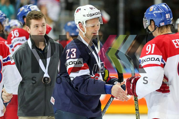 Tschechiens Erat, Martin (Nr.91)(Arizona Coyotes) gratuliert USAs Hendricks, Matt (Nr.23)(Edmonton Oilers) , USA gewinnt Bronze nach dem Spiel IIHF WC15 USA vs. Czech Republic die Cermony Bronze.<br /> <br /> Foto &copy; P-I-X.org *** Foto ist honorarpflichtig! *** Auf Anfrage in hoeherer Qualitaet/Aufloesung. Belegexemplar erbeten. Veroeffentlichung ausschliesslich fuer journalistisch-publizistische Zwecke. For editorial use only.