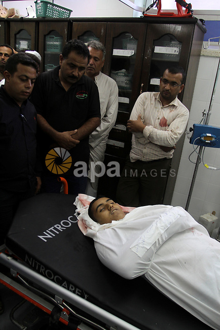 Palestinian relatives mourn over the body of Hamoda Mohsen, who died during clashes with Israeli security forces near the border of Khan Yunis, at the European hospital in the southern Gaza Strip, on October 9, 2015. Clashes broke out Friday east of Gaza City and Khan Yunis along the border with the Jewish state, with Israeli forces opening fire and killing four Palestinians and wounding 21, according to medics. Photo by Abed Rahim Khatib