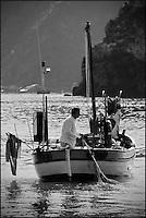 Europe/Provence-Alpes-Côte d'Azur/83/Var/Iles d'Hyères/Ile de Porquerolles: Pêche sur le pointu de Gérard Genta, pêcheur et restaurateur: Restaurant du Pêcheur - Hôtel Le Porquerollais  <br /> Pose des filets au Cap des Mèdes<br /> Auto N°:2012-418