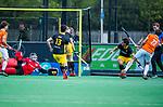 BLOEMENDAAL -  Florian Fuchs (Bldaal) brengt de stand op 1-0   tijdens de hoofdklasse competitiewedstrijd hockey heren,  Bloemendaal-Den Bosch (2-1).   links keeper Loic van Doren (Den Bosch) . COPYRIGHT KOEN SUYK