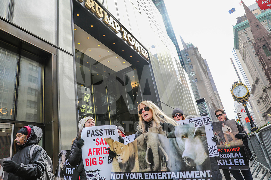NOVA YORK, EUA, 03.02.2018 - PROTESTO-TRUMP - os adeptos dos direitos dos animais de Nova York marcharão do apartamento de Eric Trump no Central Park South para Trump Tower como parte do Troféu mundial contra troféu Caça e em apoio à proteção da vida selvagem africana. A NYCLASS enviou recentemente uma carta a Lara Trump, que se posicionou como defensora de animais, pedindo-lhe que instasse o marido Eric Trump e o cunhado Donald Trump Jr. a parar a caça ao troféu. O ato aconte em Manhattan Nova York neste sabado, 03. (Foto: WIlliam Volcov/Brazil Photo Press)