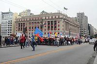 SAO PAULO, 31 DE MAIO DE 2012 - MANIFESTACAO MORADIA - Manifestantes da FLM (Frente de Luta por Moradia), Central de Movimentos Populares e organizacoes que compartilham da luta, protestam em passeata no viaduto do cha, regiao central da cidade. Os presentes manifestam contra possiveis reeintegracoes de posse que estariam em andamento no centro da cidade e desabrigariam cerca de 560 familias e mais de 2000 pessoas. FOTO: ALEXANDRE MOREIRA - BRAZIL PHOTO PRESS
