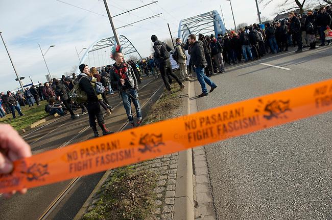 Mehrere tausend Menschen protestierten am Samstag den 18. Januar 2014 in Magdeburg gegen eine Demonstration von ca. 700 Neonazis. Die Nazis demonstrierten in Gedenken an die Bombardierung von Magdeburg am 16.1.1945 durch die Alliierten.<br />Die Polizei verhinderte erfolgreich alle Blockadeversuche der Gegendemonstranten. Daf&uuml;r waren Polizeieinheiten aus Berlin, Niedersachsen, Sachsen und Hessen nach Magdeburg beordert worden.<br />Im Bild: Menschen vor einer Polizeiabsperrung. Die Polizei hat eine Elbbruecke gesperrt, und laesst die Menschen nicht zu einer SPD-Veranstaltung auf der Ostseite der Elbe in Magdeburg-Herrenkrug. In der Naehe der SPD-Veranstaltung sollen Neonazis aufmarschiert sein.<br />18.1.2014, Magdeburg<br />Copyright: Christian-Ditsch.de<br />[Inhaltsveraendernde Manipulation des Fotos nur nach ausdruecklicher Genehmigung des Fotografen. Vereinbarungen ueber Abtretung von Persoenlichkeitsrechten/Model Release der abgebildeten Person/Personen liegen nicht vor. NO MODEL RELEASE! Don't publish without copyright Christian-Ditsch.de, Veroeffentlichung nur mit Fotografennennung, sowie gegen Honorar, MwSt. und Beleg. Konto:, I N G - D i B a, IBAN DE58500105175400192269, BIC INGDDEFFXXX, Kontakt: post@christian-ditsch.de<br />Urhebervermerk wird gemaess Paragraph 13 UHG verlangt.]