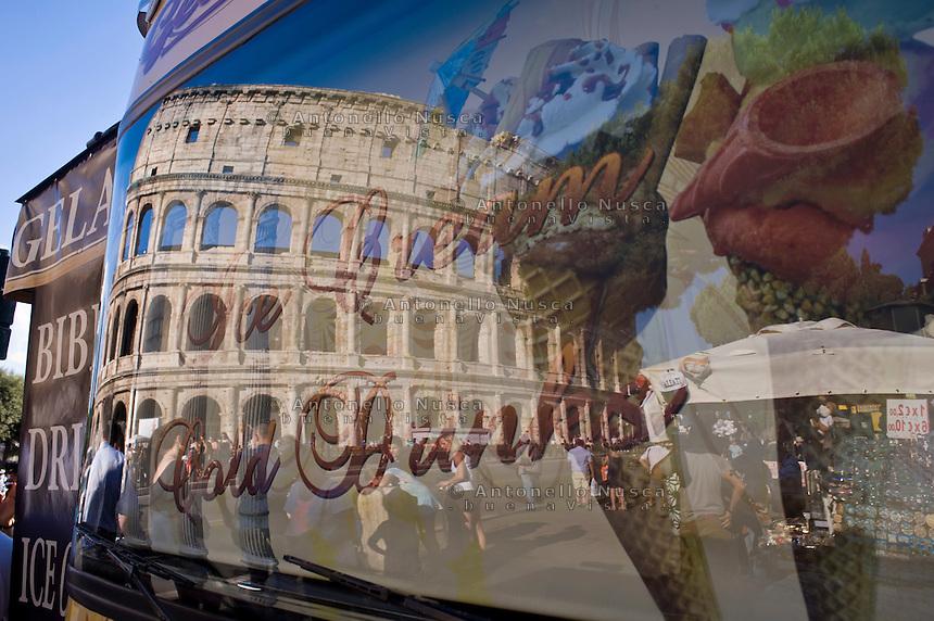 Venditori ambulanti davanti al Colosseo.<br /> Street vendors in front of the Coloseum