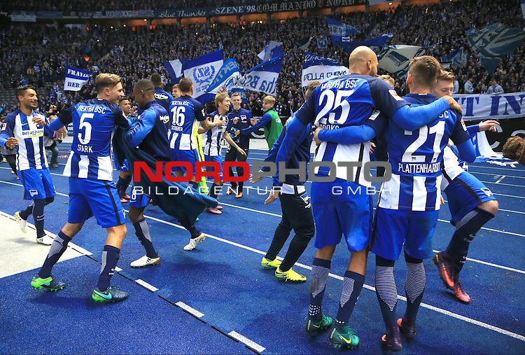 22.10.2016, OLympiastadion, Berlin, GER, 1.FBL, Hertha BSC VS. 1.FC Koeln, im Bild <br /> Niklas Stark (Hertha BSC Berlin #5), Mitchell Weiser (Hertha BSC Berlin #23), Marvin Plattenhardt (Hertha BSC Berlin #21#), Vedad Ibisevic (Hertha BSC Berlin 19), John Anthony Brooks (Hertha BSC Berlin #25), Salomon Kalou  (Hertha BSC Berlin #8), Peter Pekarik (Hertha BSC Berlin #2), vor der Hertha-Fankurve<br /> <br /> <br />       <br /> Foto &copy; nordphoto / Engler