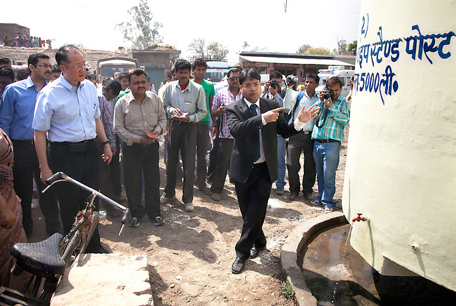 12 March 2013, Kanpur, Uttar Pradesh India: President of the World Bank, Mr Jim Yong Kimi nspects a community water tank on his visit to the village of Tilsarikhurd village near to the city of Kanpur in Uttar Pradesh state. Mr.Kim is visiting India  for meetings with local staff, Indian Government Ministers and to inspect projects sponsored by World Bank in regional areas. Picture by Graham Crouch/World Bank