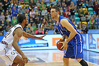 Andy Rautins (Skyliners) gegen Antonio Graves (Artland)- Fraport Skyliners vs. Artland Dragons Quakenbrueck, Fraport Arena Frankfurt