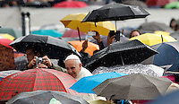 Papa Francesco saluta i fedeli sotto la pioggia, al suo arrivo all'udienza generale del mercoledi' in Piazza San Pietro, Citta' del Vaticano, 9 ottobre 2013.<br /> Pope Francis is seen among faithful taking shelter from rain by umbrellas as he arrives for his weekly general audience in St. Peter's Square at the Vatican, 9 October 2013.<br /> UPDATE IMAGES PRESS/Riccardo De Luca<br /> <br /> STRICTLY ONLY FOR EDITORIAL USE