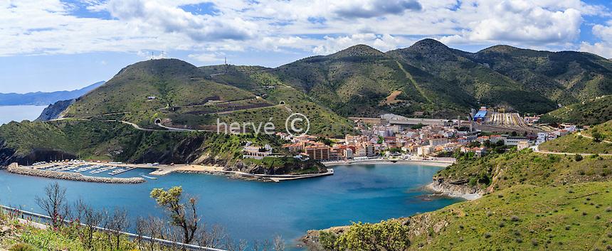 Espagne, Catalogne, Costa Brava, Portbou avec la gare ferroviaire de Portbou à droite // Spain, Catalonia, Costa Brava, Portbou