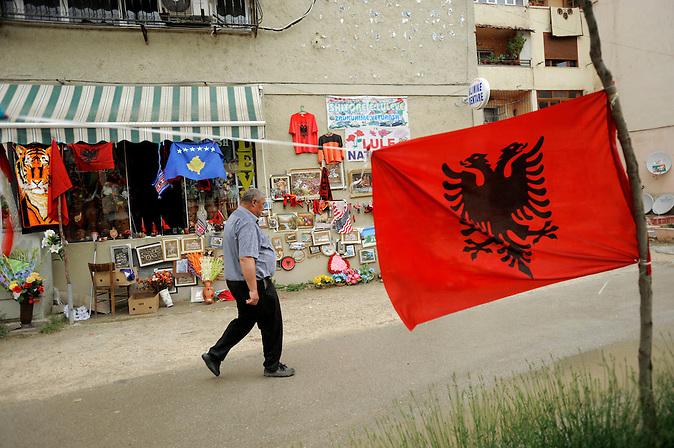 Strassenszene in Pogradec am Ohridsee in  Albanien ,  am 05.06.2008 . Travel Reise Europa Balkan Suedosteuropa Osteuropa Albania Urlaub Ohrid See Lake Fahne Flagge albanische Souvenirshop.