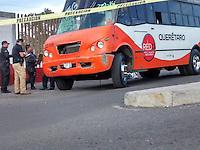 Una mujer perdió la vida al ser arrollada por un autobús de transporte público en la parada de camiones de la central de autobuses de Querétaro, elementos de la policía estatal atendieron el percance y detuvieron al conductor del autobús.