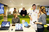 Nederland  Amsterdam  2017 01 25. Amsterdam Medisch Centrum ( AMC ).   E-Health Avenue.  Op deze Avenue wordt een interactief overzicht gegeven van de verschillende e-Health initiatieven door zorgmedewerkers. De Avenue bestaat uit de Allée van de Apps, de Weg van de Wearables,  de Gang van de Games, de Route van e-Health Research en het Pad van de Patiëntparticipatie. Medify. Tijdens het e-health evenement wordt informatie gegeven door o.a. Martijn van Mourik (Cardiologie) over de digitale voorlichting in het hartcentrum.    Foto Berlinda van Dam / Hollandse Hoogte