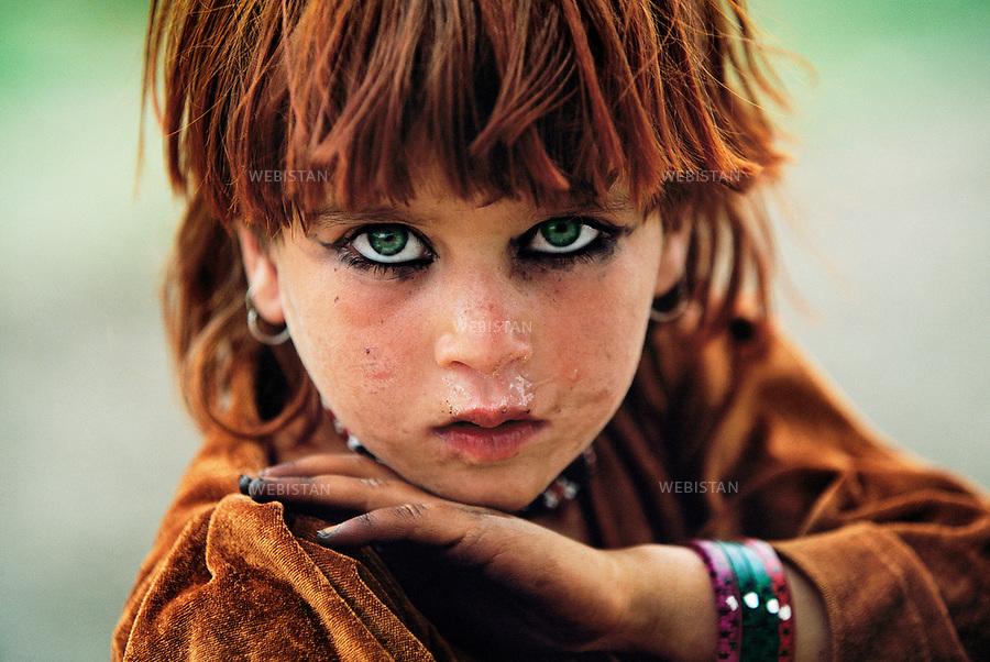 2004. Afghanistan. Pashtun Tribal Zone. Portrait of an Afghan girl. <br /> 2004. Afghanistan. Zone tribale pachtoune. Portrait d'une fillette afghane.
