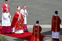 Papa Francesco celebra la messa per la Domenica delle Palme in piazza San Pietro, Citta' del Vaticano, 13 aprile 2014.<br /> Pope Francis celebrates the Palm Sunday mass in St. Peter's square at the Vatican, 13 April 2014.<br /> UPDATE IMAGES PRESS/Isabella Bonotto<br /> <br /> STRICTLY ONLY FOR EDITORIAL USE