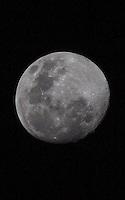 SÃO PAULO, SP, 20.07.2013 - LUA CHEIA - Lua cheia é vista na cidade de São Paulo a partir do bairro da Moóca, neste sábado, 20. (Foto: William Volcov / Brazil Photo Press).
