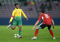 FUSSBALL   INTERNATIONAL   Testspiel    Albanien - Kamerun       14.11.2012 Samuel Eto o (li, Kamerun) am Ball gegen Ervin Bulku (Albanien)