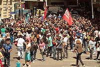 RIO DE JANEIRO, RJ, 26.09.2013 - PROFESSORES PROTESTAM NA ENTRADA DA CAMARA DOS VEREADORES - Os professores do município do RJ protestam na entrada da câmara municipal  por causa da distribuição antecipada de senhas para a votação do plano de cargos e salários, nessa quinta feira 26. (Foto: Levy Ribeiro / Brazil Photo Press)