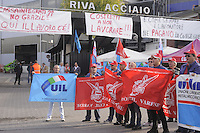 16 / 09 / 2013 - Mobilitazione nazionale contro l'annuncio di 1400 esuberi e sospensione della produzione in tutti gli impianti del gruppo RIVA Acciaio. Gli operai dello stabilimento  di Caronno Pertusella (VA) escono dalla fabbrica e bloccano ripetutamente la strada.<br />